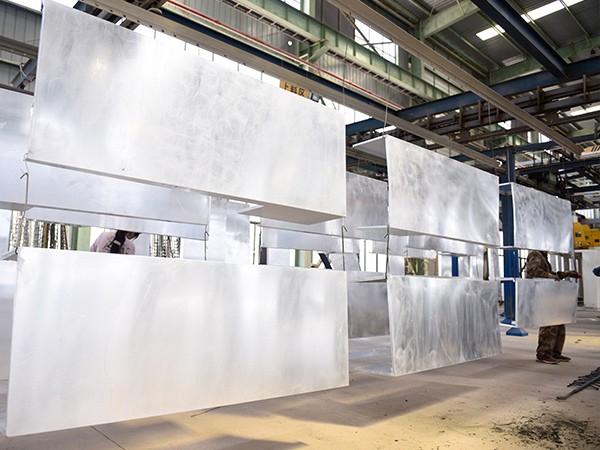 国昆铝单板:挂件喷涂