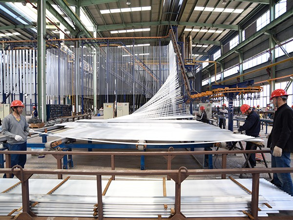 国昆铝单板:全自动立式喷涂生产线